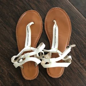American Eagle white toe sandals w/ silver detail